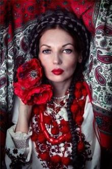 Таємниця вишивки: що символізує плаття вишите маками?
