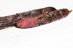 Сырокопченая колбаса — радость для любого гурмана