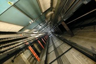 Внимание! Установка лифтового оборудования. Работают специалисты!