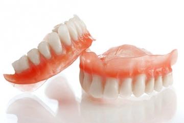 Вставить зубные протезы предлагает