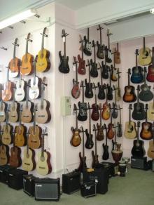 Нужна гитара? Купить дешево ее можно у нас!