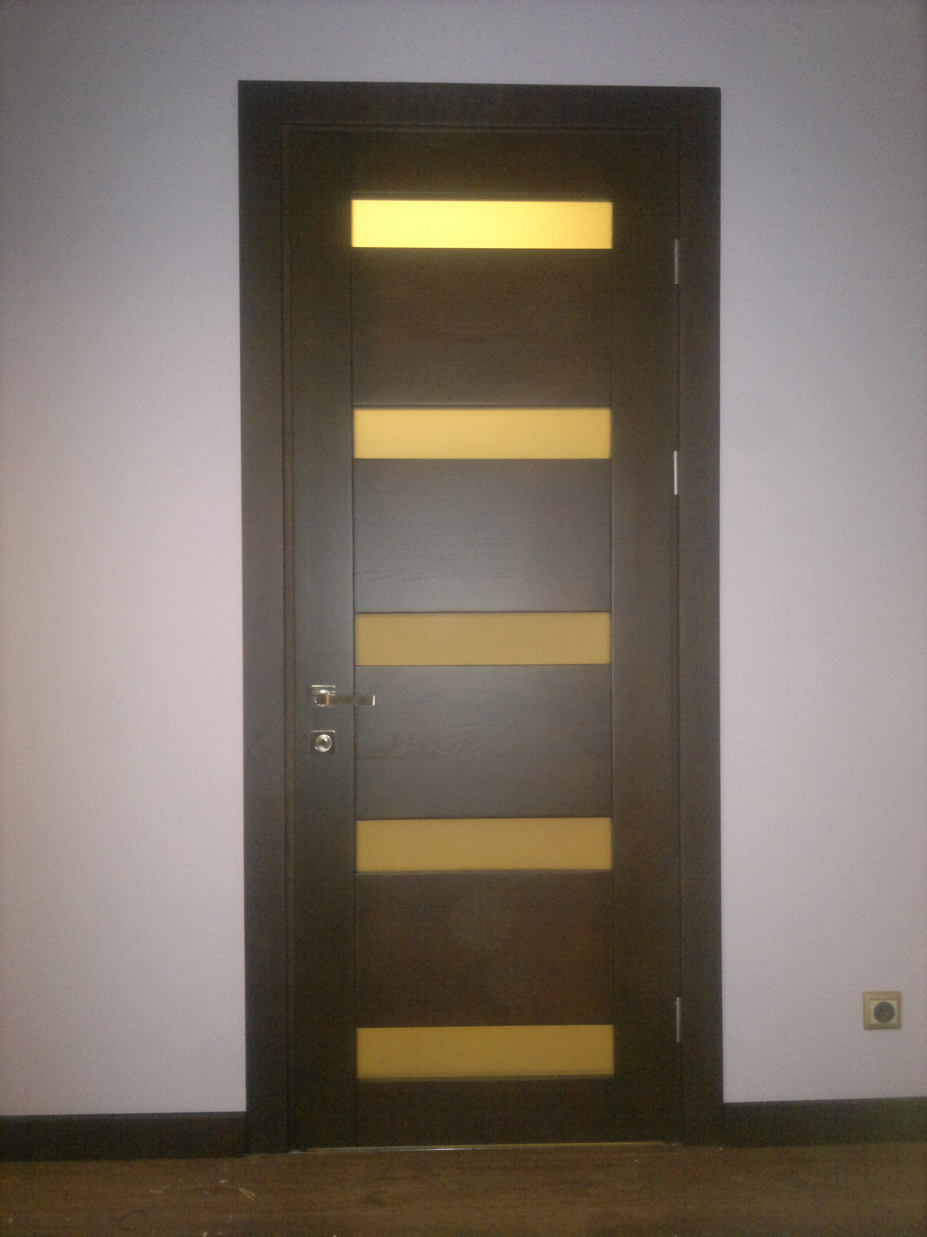 Міжкімнатні дерев'яні двері зі скляними вставками в наявності