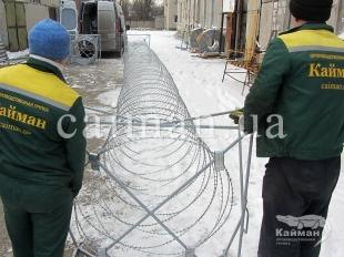 Профессиональная установка колючей проволоки на забор