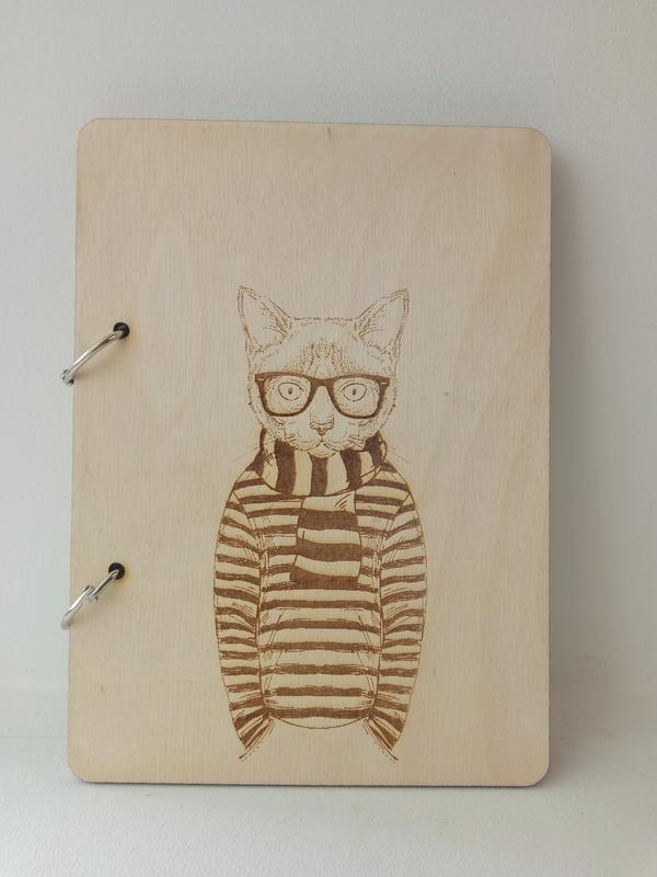 Блокнот з дерев'яною обкладинкою в наявності