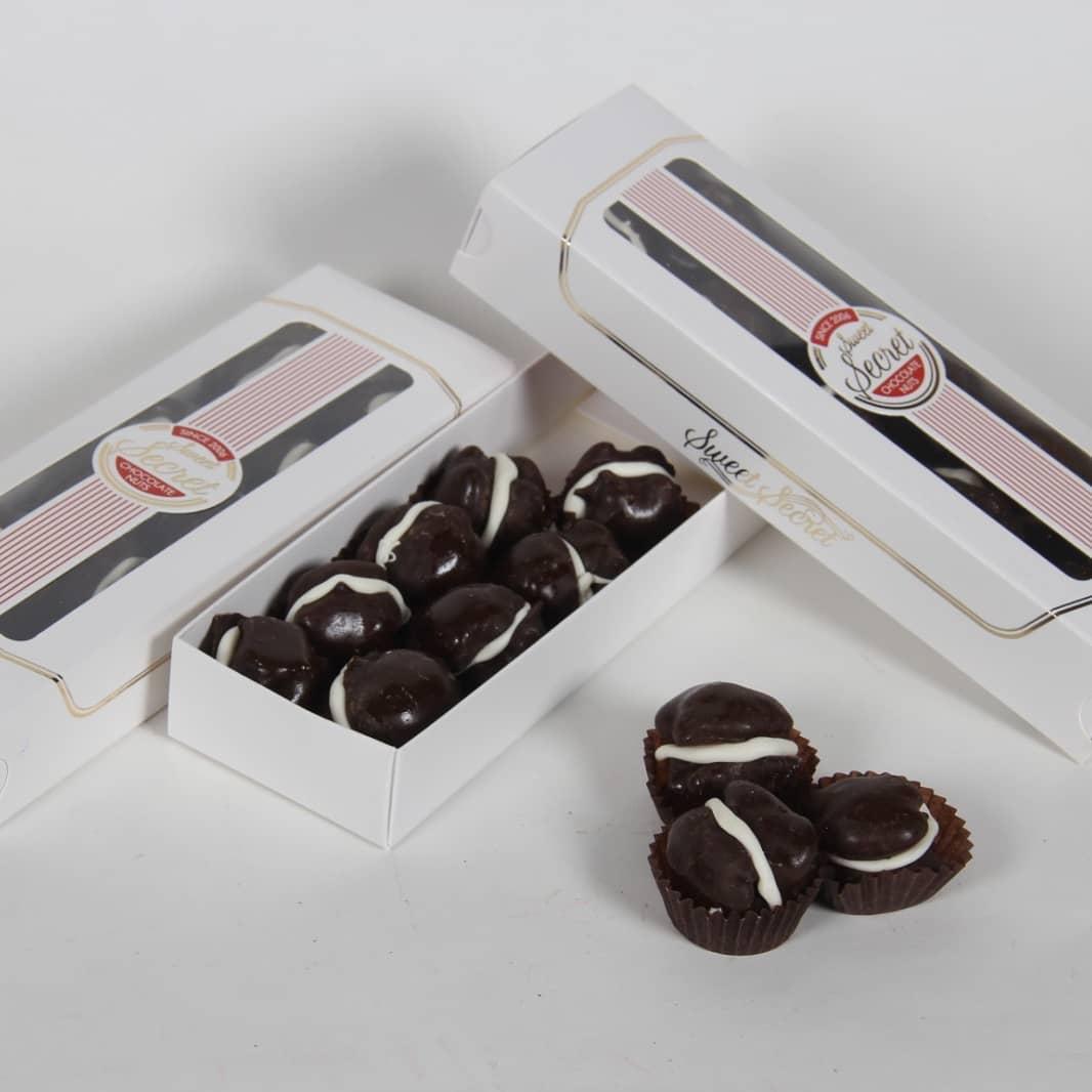 Смачні ядра грецького горіха в шоколаді в наявності