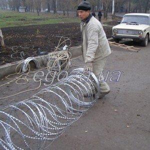 Качественная установка колючей проволоки на забор от професионалов