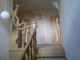 Потрясающие деревянные лестницы из ясеня на заказ