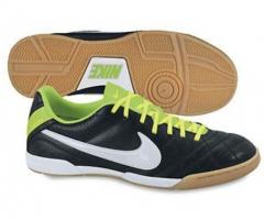 Пропонуємо купити футбольне взуття