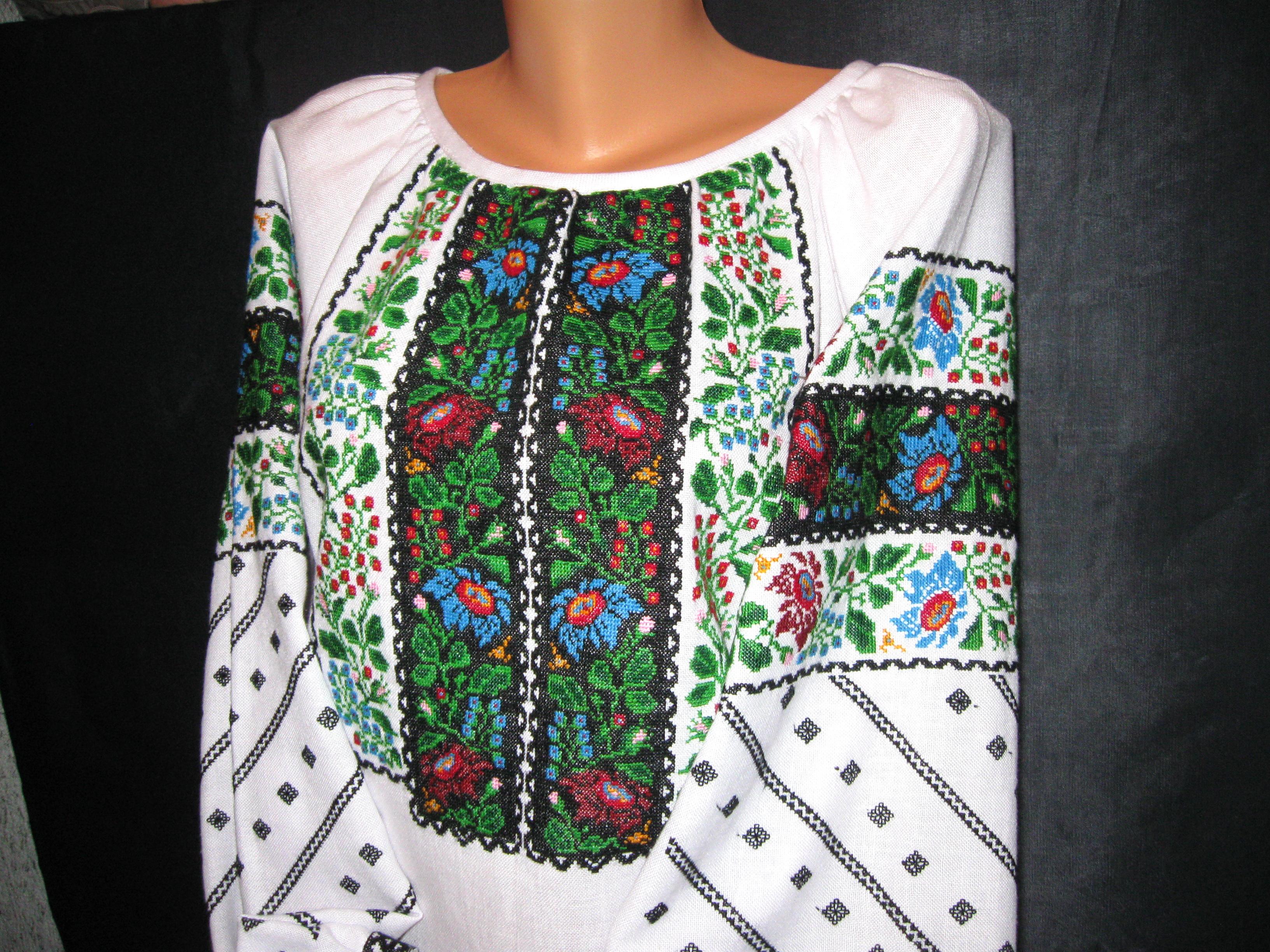жіноча вишиванка ручної роботи