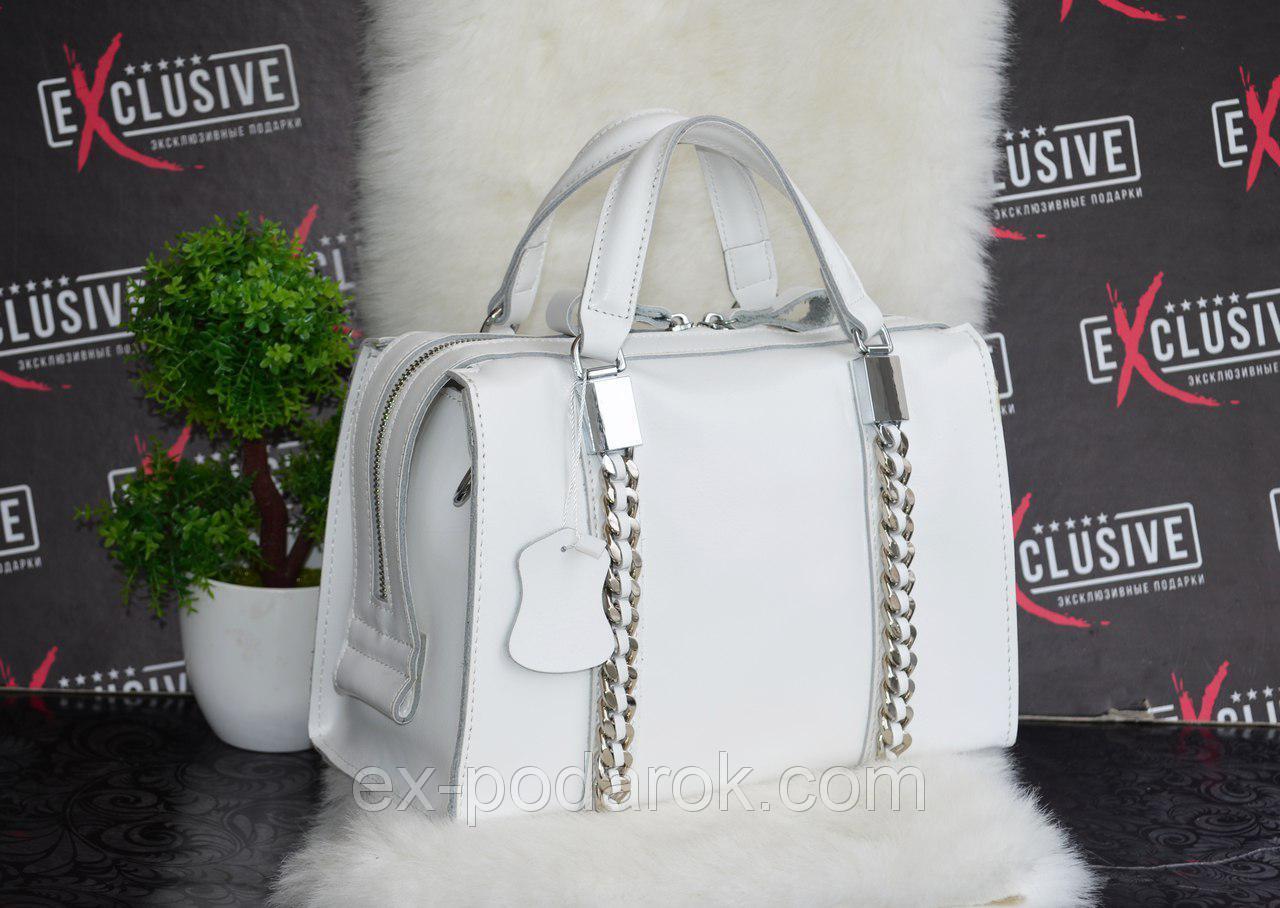Біла шкіряна сумка у вигляді барильця з декоративними ланцюгами ... ed15da8d363ab