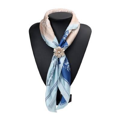 В наявності чудовий зажим для шарфа