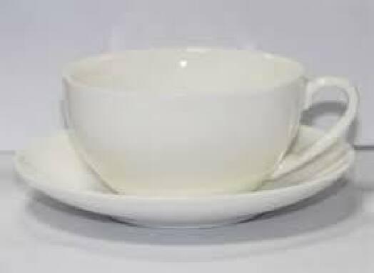 У продажу білі чайні чашки