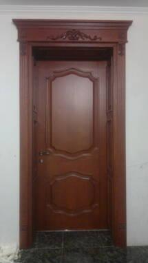 У продажу двері з дерева