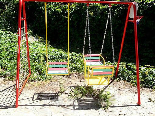 Металеві дитячі гойдалки для двору в широкому асортименті