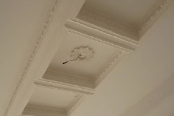 A ceiling decoration in the living room - safety and durability of the work