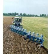 Обработка почвы плугом современным методом