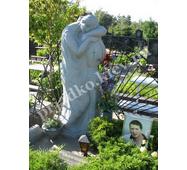 Статуя из гранита на могиле юноши