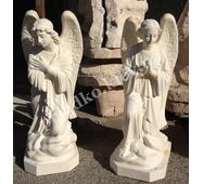Скульптура янголів із білого бетону