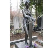 Бронзовая фигура девушки на кладбище