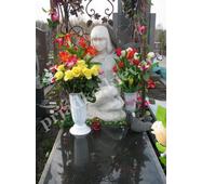 Фигура девушки из мрамора на кладбище