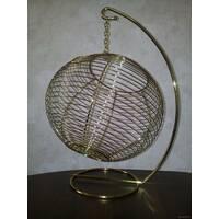 Плетеный шар из нержавеющей стали на подставке