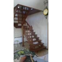 Дерев'яні  сходи (спіральні балясини)