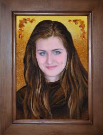 Портрет з бурштину молодої дівчини