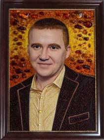 Красивий бурштиновий портрет