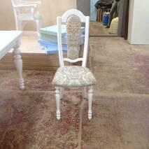 Белый деревянный стул с точеными ножками