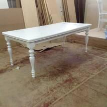 Белый деревянный стол с точеными ножками