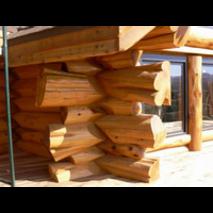 Дерев'яний будинок з дикого зрубу