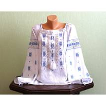 Сучасна жіноча сорочка з мереживом та голубою вишивкою