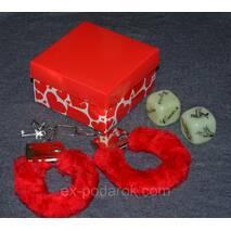 Наручники з кубиками камасутра в подарунковій коробочці.