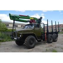 Урал з обладнанням для перевезення лісу