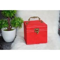 Красное бархатная шкатулка для бижутерии.