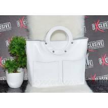 Белая женская кожаная сумка с круглыми ручками.