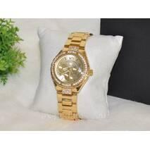 Женские часы Guess золотистые со стразами.