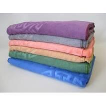 Полотенца банные разного цвета.