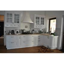 Кухонные гарнитуры на заказ с деревянными фасадами и декором