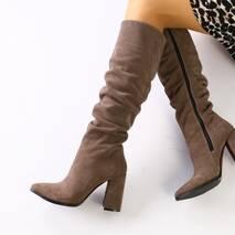 Демисезонные замшевые сапоги на каблуке цвета какао
