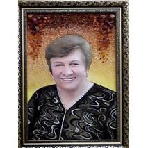 Жіночий портрет з бурштину