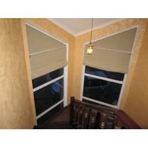 Римские шторы на косые окна в прихожую, на лестницу, спальную