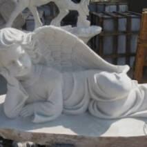 Скульптура з білого мармуру, спочиваючий янгол