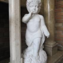 Скульптура мальчика из белого мрамора