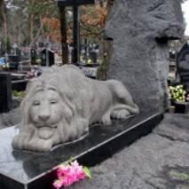 Скульптура из гранита, лев