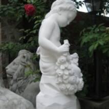 """Скульптура из белого бетона """"Девочка с цветами"""""""
