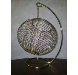 Плетена куля з нержавіючої сталі на підставці