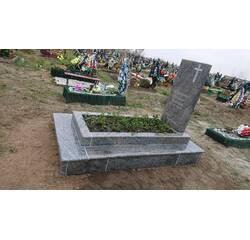 Пам'ятник з гранату