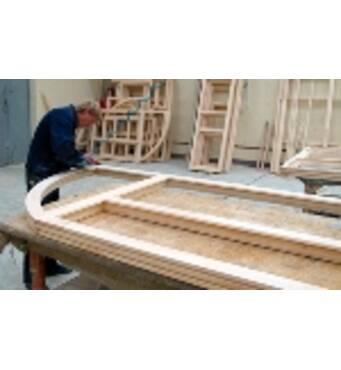 Работник на производстве окон и дверей (деревообрабатывающая промышленность)