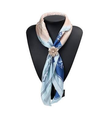 В наличии замечательный зажим для шарфа